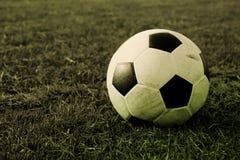 Fútbol en el campo con estilo del vintage procesado Imagen de archivo