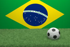 Fútbol en Front Of The Flag Of el Brasil Foto de archivo libre de regalías
