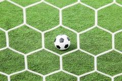 Fútbol en hierba verde fotos de archivo libres de regalías