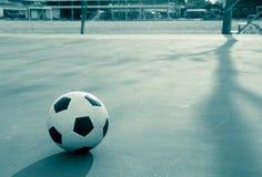 Fútbol en la tierra concreta del campo Foto de archivo libre de regalías