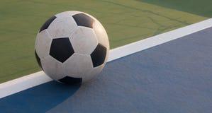 Fútbol en la tierra concreta del campo Fotos de archivo