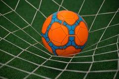 Fútbol en poste contra hierba artificial imagen de archivo libre de regalías