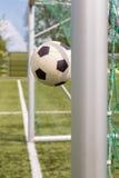 Fútbol entre los posts de la meta Imagen de archivo