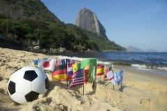 Fútbol internacional Rio de Janeiro de la playa de las banderas del fútbol brasileño Foto de archivo libre de regalías