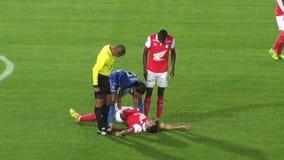 Fútbol, lesión, jugador herido, médico, salud almacen de metraje de vídeo
