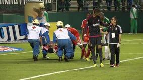 Fútbol, lesión, jugador herido, médico, salud almacen de video