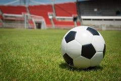 Fútbol listo para golpear con el pie en la meta en estadio Imagen de archivo libre de regalías