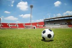Fútbol listo para golpear con el pie en la meta en estadio Imagenes de archivo
