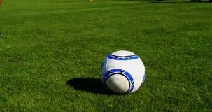 Fútbol practicante del jugador en el campo 4k almacen de video