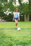 Fútbol que juega adolescente Foto de archivo libre de regalías