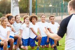 Fútbol Team Training With Coach de la juventud Foto de archivo libre de regalías