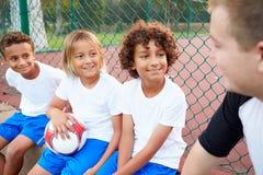 Fútbol Team Training With Coach de la juventud Fotografía de archivo libre de regalías