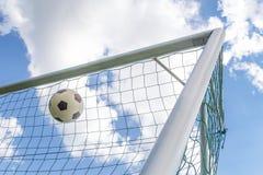 Fútbol tirado en la esquina de la meta Foto de archivo libre de regalías