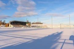 Fútbol vacío ( Soccer) Campo en el invierno cubierto en parte en la nieve - Sunny Winter Day fotos de archivo libres de regalías