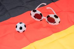 Fútbol y vidrios abstractos en la bandera alemana Fotografía de archivo