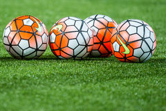 Fútboles de Nike del funcionario en la hierba artificial del césped Imagen de archivo libre de regalías