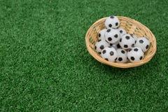Fútboles en cesta de mimbre Foto de archivo