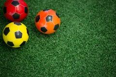 Fútboles en hierba artificial Foto de archivo libre de regalías