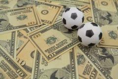 Fútboles en notas de una moneda Fotografía de archivo