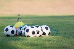Fútboles para entrenar en un césped de la hierba del club de deporte Fotos de archivo libres de regalías