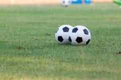 Fútboles para entrenar en un césped de la hierba del club de deporte Foto de archivo libre de regalías