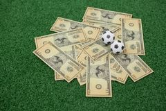 Fútboles y notas de la moneda sobre hierba artificial Imagen de archivo