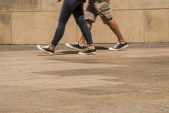 Füße anonyme Paare, die entlang eine Pflasterung gehen stockfoto