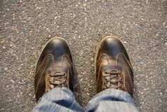 Füße auf dem Asphalt Stockbild