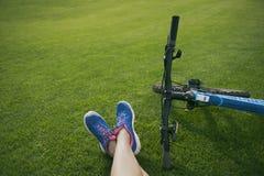 Füße auf dem Gras Lizenzfreies Stockbild