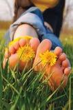 Füße auf dem Gras Stockfotografie