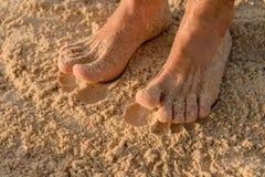 Füße auf dem nassen Sand Stockfotos