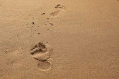 Füße auf dem Strand Stockfotografie