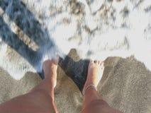 Füße auf der Küste Lizenzfreie Stockfotografie
