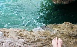 Füße auf einem felsigen Strand Lizenzfreies Stockfoto