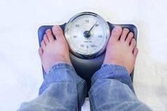 Füße auf Gewichtskala Stockfoto