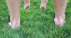 Füße auf Gras Lizenzfreie Stockfotos