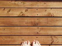 Füße auf Holz lizenzfreie stockfotografie