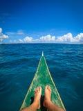 Füße auf Insel-Boots-Ausflug stockbild