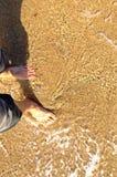 Füße auf sandigem Strand Stockfotos