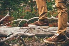 Füße bemannen gehende Reise-Lebensstil-Mode im Freien Stockfotos