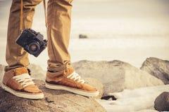 Füße bemannen und Retro- Fotokamera der Weinlese Stockfotos