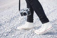 Füße bemannen und Retro- Fotokamera der Weinlese Reise-Lebensstil im Freien Stockbild