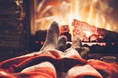 Füße in den Socken durch das Feuer lizenzfreies stockbild