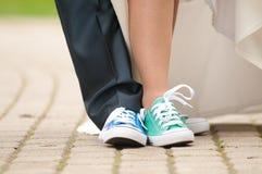Füße in den Turnhallenschuhen Stockfoto