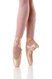 Füße der Ballerina, die auf Pointe tanzen Stockbilder