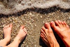 Füße in der Brandung Lizenzfreie Stockbilder