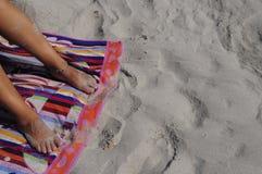 Füße der Frau auf Strand Stockbild