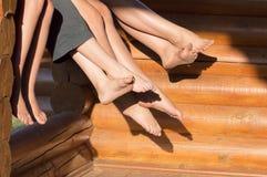 Füße der Gruppe Jugendlicher Stockbilder