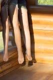 Füße der Gruppe Jugendlicher Stockfoto