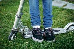 Füße der kleinen Mädchen lizenzfreies stockbild